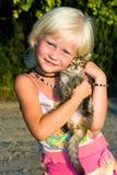 Klein meisje met katje royalty-vrije stock fotografie