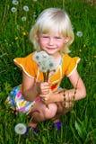 Klein meisje met paardebloemen royalty-vrije stock foto