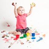 Klein meisje met verf Stock Afbeeldingen