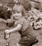 Klein meisje op fiets Stock Foto's