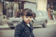 Klein Meisje in straat Stock Afbeeldingen