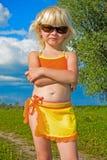 Klein meisje in zonnebril royalty-vrije stock fotografie