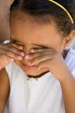 Klein meisjeskind dat ogen wrijft Stock Afbeelding