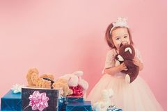 Klein meisjeskind met huidige doos grote verkoop in winkelcomplex Isoleer op wit Dank voor uw aankoop Gelukkige Verjaardag stock afbeeldingen