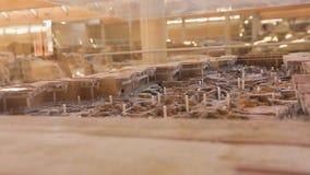Klein model van opgegraven Akrotiri-regeling gezet in glasshowcase, opeenvolging stock video