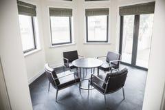Klein, modern, Aufenthaltsraum mit Tabelle und Stühle. lizenzfreies stockbild