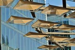 Klein neigt hängenden Angebotschatten zu den Dubai-Design-Bezirksbesuchern Stockfoto