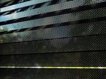 Klein oogje op zwarte metaalzonneblinden stock fotografie