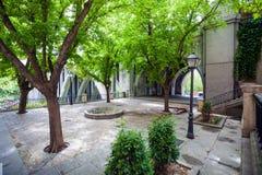 Klein park dichtbij Segovia Viaduct op de lente in de stad van Madrid Royalty-vrije Stock Fotografie