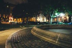 Klein park in Mount Vernon bij nacht, in Baltimore, Maryland stock afbeeldingen