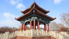 Klein paviljoen in het park stock fotografie