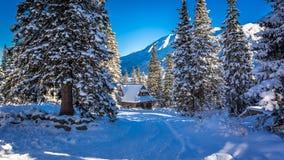 Klein plattelandshuisje in het hart van de winterbergen Stock Fotografie