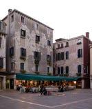 Klein plein met de bouw en een aardig restaurant Stock Foto's