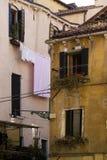 Klein plein met kleurrijke gebouwen Royalty-vrije Stock Afbeeldingen