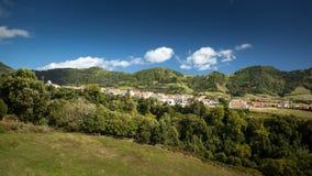 Klein Portugees dorp in de bergen - Sao Miguel Po van de Azoren Stock Fotografie