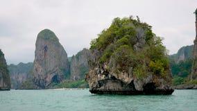 Klein Rond Tropisch Eiland met Kalksteenklippen en Turkooise Wateren van Overzees stock footage