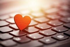 Klein rood hart op toetsenbord Stock Fotografie