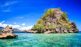 Klein rotsachtig eiland Stock Fotografie