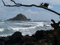 Klein rotsachtig eiland dichtbij kust Stock Afbeelding