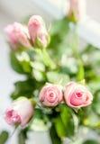Klein roze rozenboeket op de vensterbank in helder licht Royalty-vrije Stock Fotografie