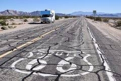Klein rv op Route 66 stock afbeelding