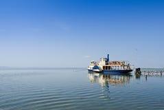 Klein schip bij de pijler Royalty-vrije Stock Afbeelding
