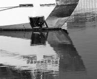Klein schip in het water met bezinning stock afbeelding