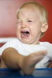 Klein, schreiend und Rasenkleinkind, das einen Temperamentwutanfall hat lizenzfreie stockfotografie