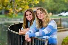 Klein-Schwester mit Groß-Schwester Stockfoto