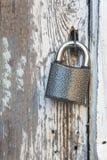Klein slot op een oude houten deur stock afbeeldingen