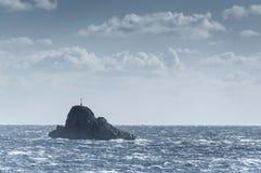 Klein solitair eiland bij de Middellandse Zee Stock Afbeeldingen