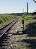 Klein station op smalle maat Dorpsstation Spoorwegsporen, spoorwegverkeersteken Stock Afbeelding