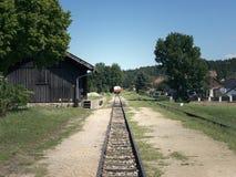 Klein station op smalle maat Dorpsstation Spoorwegsporen, spoorwegverkeersteken Royalty-vrije Stock Fotografie