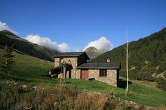 Klein steenhuis in Andorra stock afbeeldingen