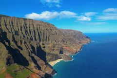 Klein strand bij de Kust van Na Pali, verbazend die landschap van een helikopter, Kauai, Hawaï wordt gezien stock foto