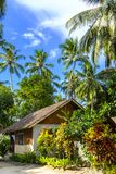 Klein strandhuis op een tropisch eiland Stock Afbeelding