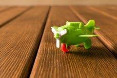 Klein stuk speelgoed vliegtuig op houten achtergrond reis concept royalty-vrije stock afbeeldingen
