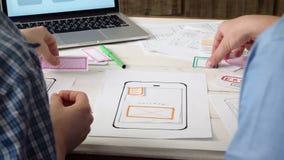 Klein team van UX-ontwerpers die mobiele app lay-out creëren stock video