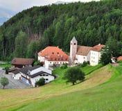 Klein tirolean dorp in Alpen stock afbeeldingen