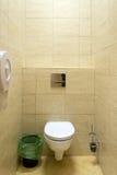 Klein toilet in een openbaar gebouw Stock Afbeeldingen