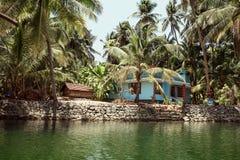 Klein traditioneel huis en op de rivier in Kerala, India Stock Foto