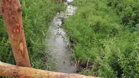 Klein van het het plattelandsdorp van de rivier houten brug de stroom vuil water stock video