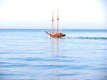 Klein varend schip in het Egeïsche Overzees Stock Afbeelding