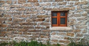 Klein venster in een rustieke muur royalty-vrije stock foto's