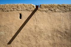 Klein venster en proeminent traditionele goot in Al Qattara Oasis royalty-vrije stock fotografie