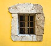Klein venster met roestige ijzerstaven Stock Foto's