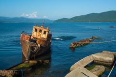 Klein verlaten schip dichtbij de kust stock afbeeldingen