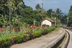 Klein verlaten station met een bloembed stock foto