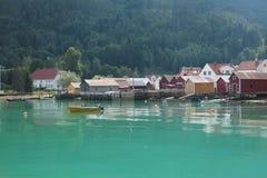 Klein visserijdorp in Noorwegen royalty-vrije stock afbeelding