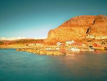 Klein visserijdorp op rotsachtig eiland in Nord-oceaan traditionele houten rode en witte huizen dicht bij aan haven stock foto's